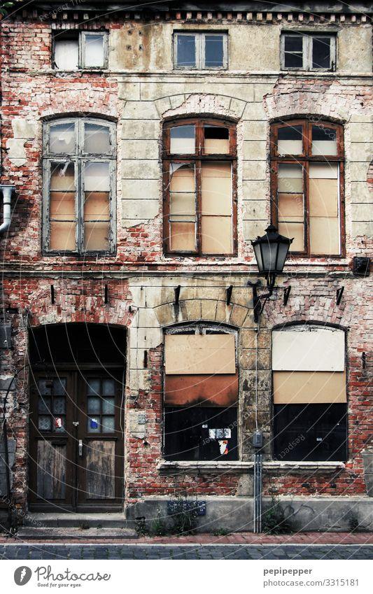 altes Haus Häusliches Leben Wohnung Renovieren Umzug (Wohnungswechsel) Altstadt Ruine Mauer Wand Fassade Fenster Tür Namensschild Dachrinne Stein Verfall