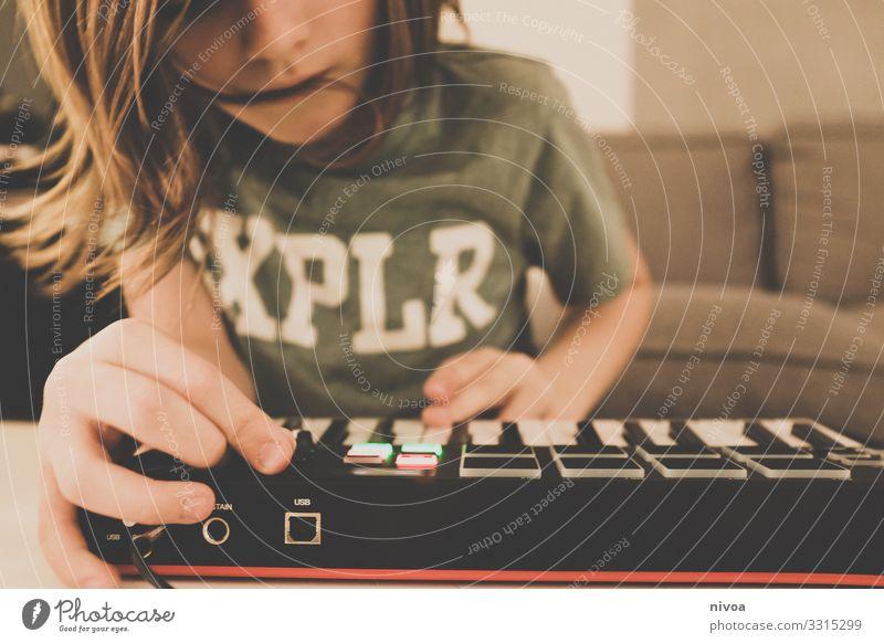 Junge am Keyboard Freude Haut Freizeit & Hobby Spielen Entertainment Party Musik clubbing Klang Technik & Technologie Unterhaltungselektronik Kind Kindheit Hand