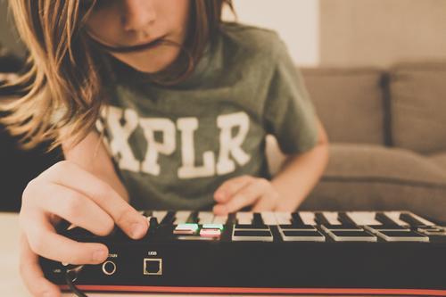 Junge am Keyboard Kind Mensch Hand Freude Bewegung Spielen Party Freizeit & Hobby Musik Technik & Technologie Kindheit Haut Tanzen Coolness Jugendkultur