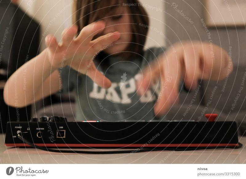 Junge am keyboard Freizeit & Hobby Spielen Keyboard Unterhaltungselektronik maskulin Kind Kindheit Jugendliche Hand 1 Mensch 8-13 Jahre Musik Haus Mauer Wand