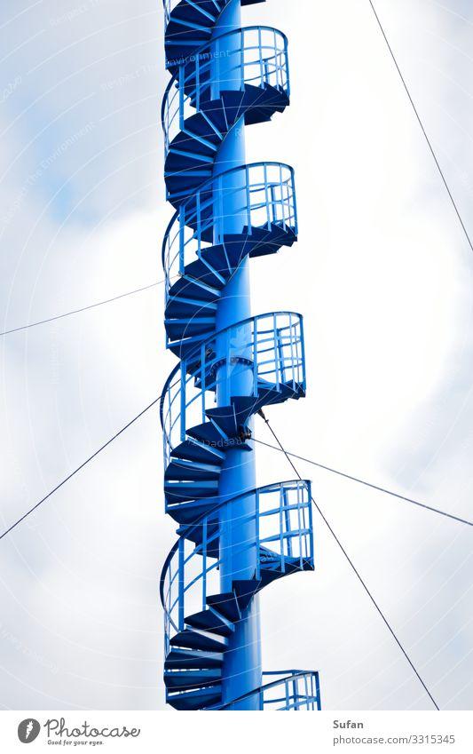 Himmelsleiter Abenteuer Funkturm Telekommunikation Informationstechnologie Wolken Turm Bauwerk Treppe Stahl außergewöhnlich hoch oben rund dünn schön blau grau