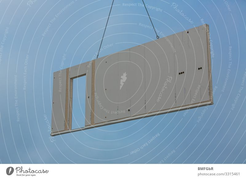 Hauswand in der Luft Wohnung Traumhaus Hausbau Fertighaus Wand Handwerk Baustelle Technik & Technologie bauen hängen hoch Geschwindigkeit Optimismus Erfolg