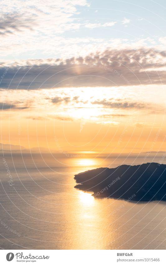 Sonneununtergang über den Wolken fliegen Umwelt Natur Landschaft Wasser Himmel Sonnenaufgang Sonnenuntergang Küste Seeufer Bucht Fjord Meer Insel Unendlichkeit