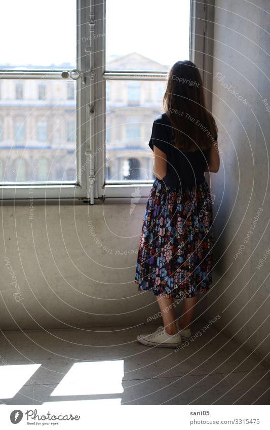 kreative Kraft der Melancholie Frau Mensch Jugendliche Fenster 18-30 Jahre Architektur Erwachsene feminin Stil träumen stehen beobachten Sehenswürdigkeit