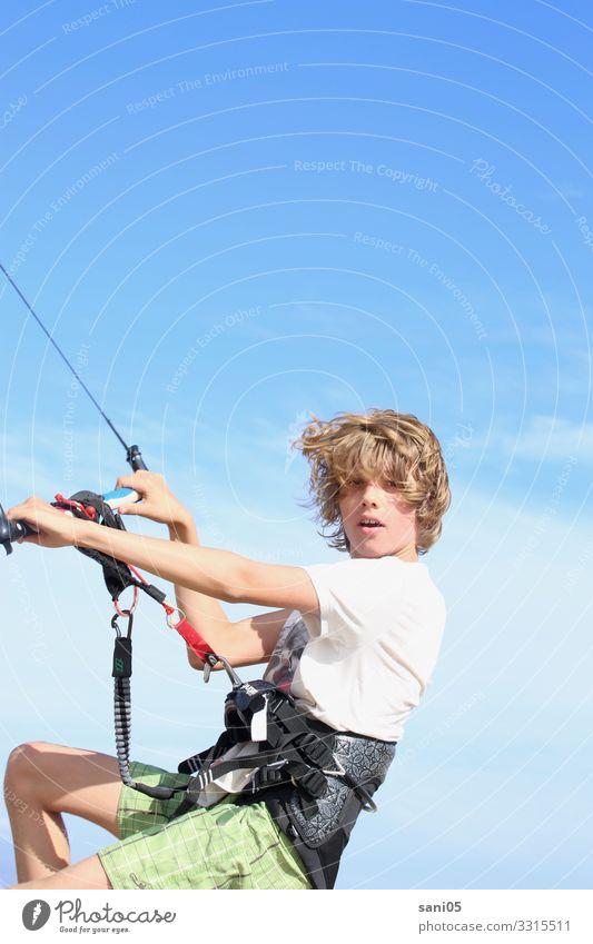 Kite on Kind Mensch Jugendliche Wasser Meer Lifestyle Leben Junge Freizeit & Hobby blond Kindheit Abenteuer Wind Coolness festhalten Wolkenloser Himmel