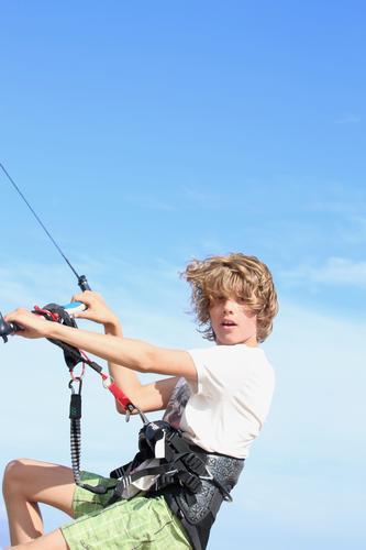 Kite on Lifestyle Meer Wassersport Kiter Kiting Schulkind Junge Jugendliche Leben 1 Mensch 8-13 Jahre Kind Kindheit Wolkenloser Himmel Wind Badehose langhaarig