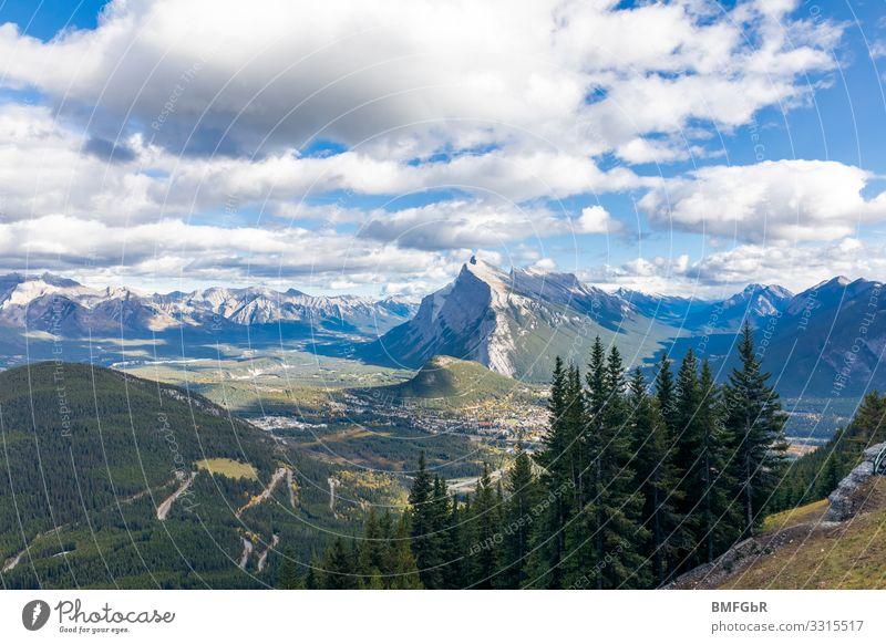 Gebirgskette bei Banff British Columbia Canada Himmel Natur Pflanze Landschaft Baum Wolken Wald Berge u. Gebirge natürlich Gras außergewöhnlich Freiheit Felsen