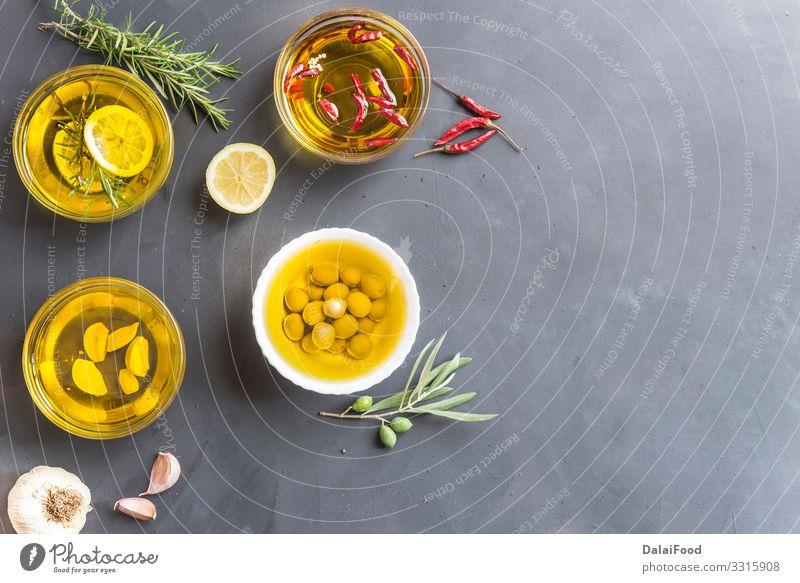 Ölsorte mit mehreren Eigenschaften Vegetarische Ernährung Flasche Alternativmedizin Küche Hand Menschengruppe Natur Pflanze Blatt Holz außergewöhnlich frisch