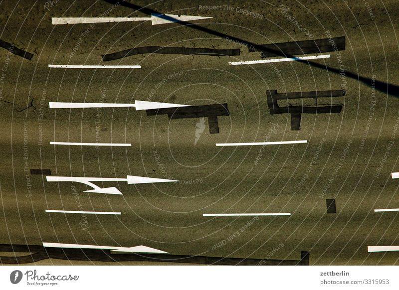 Fahrbahnmarkierungen abbiegen Asphalt Autobahn Ecke Hinweisschild Kurve Linie links Schilder & Markierungen Navigation Orientierung Pfeil rechts Richtung Straße