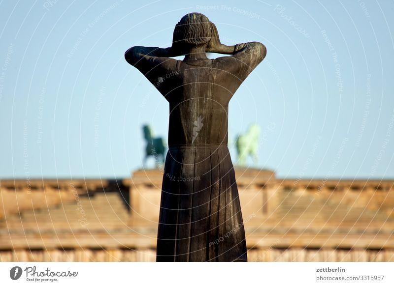 Der Rufer am Brandenburger Tor Berlin Deutschland Dämmerung Hauptstadt Nacht Regierungssitz Tiergarten Spreebogen Straße des 17. Juni Statue Denkmal Skulptur