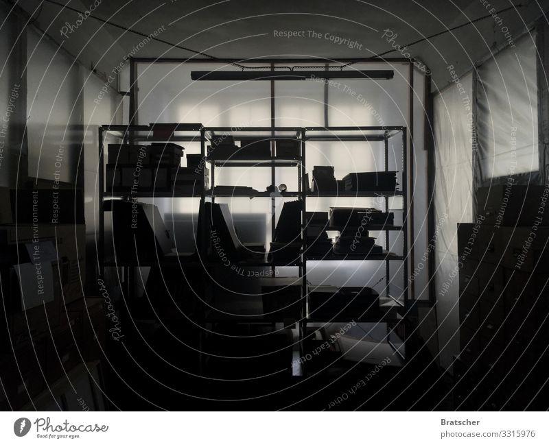 Große Ereignisse werfen ihre Schatten voraus. Vernissage Kunst Künstler Ausstellung Museum Kasten Ferne Schwarzweißfoto Innenaufnahme Menschenleer Silhouette