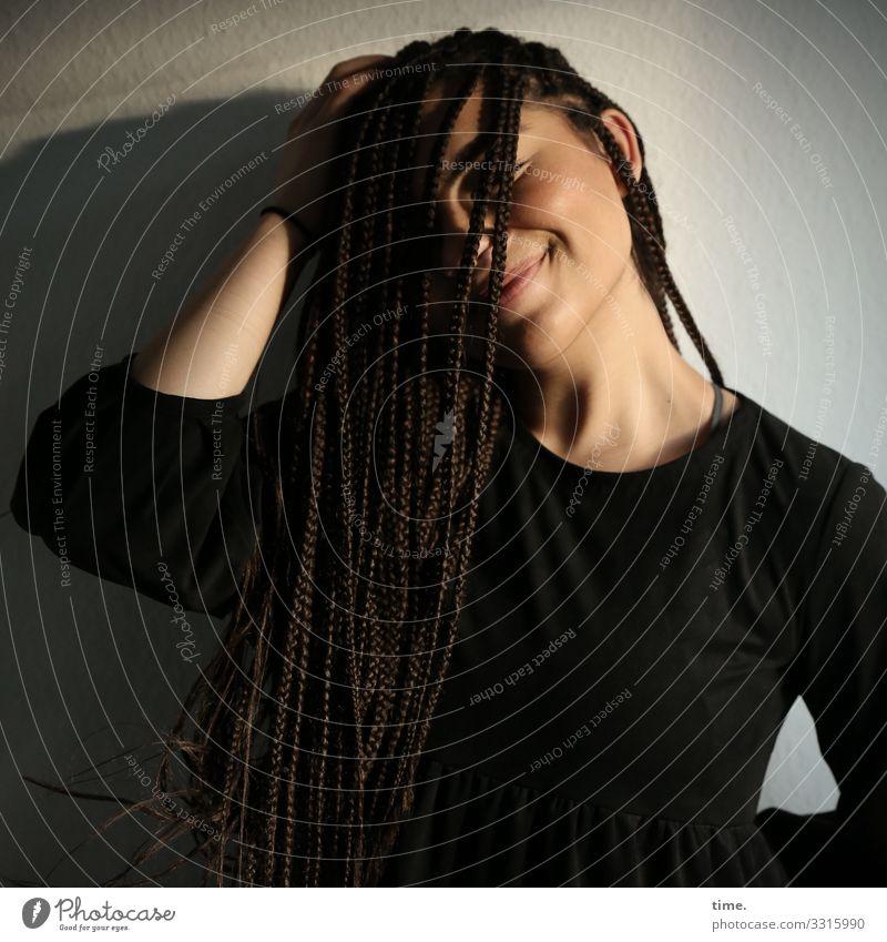 Nikolija Raum feminin Frau Erwachsene 1 Mensch Kleid brünett langhaarig Afro-Look Erholung festhalten Lächeln träumen Wärme Gefühle Stimmung Glück Zufriedenheit