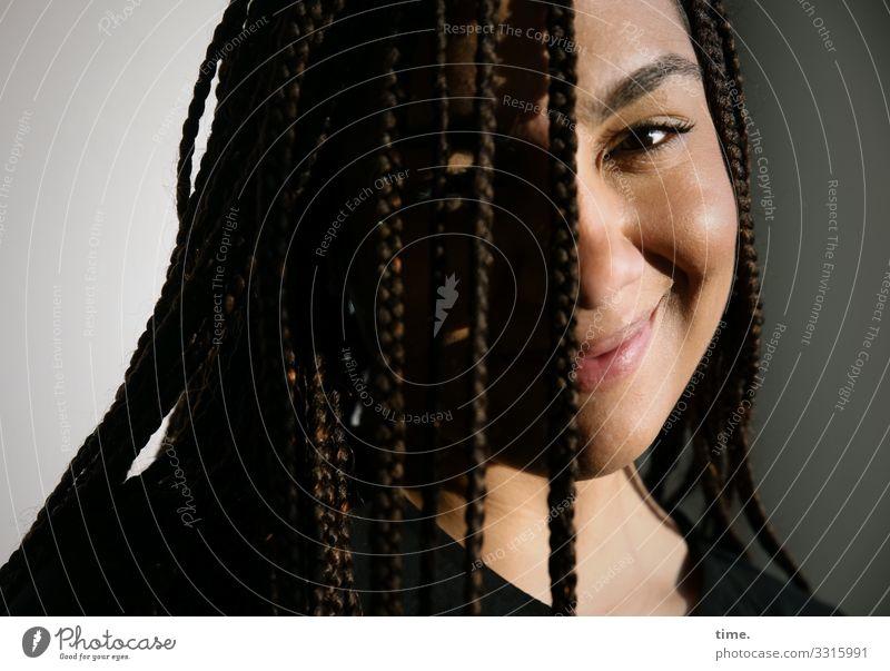 Nikolija Frau Mensch schön Erwachsene Leben feminin Gefühle Glück Zeit Zufriedenheit Raum Lächeln Lebensfreude Warmherzigkeit Schutz Gelassenheit
