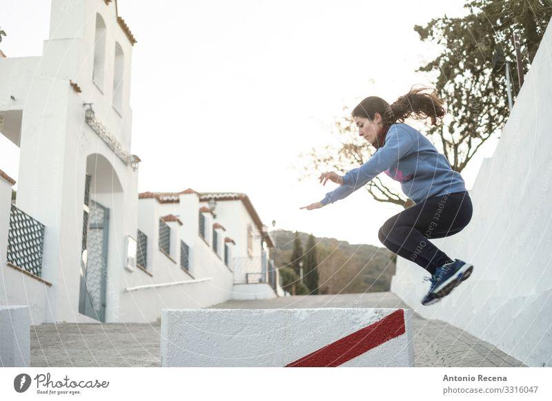 Sprung Lifestyle Mensch Frau Erwachsene Straße Bewegung springen anstrengen Aktion Sportlerin 30s 40s attraktiv Kaukasier Training Mädchen Le Parkour ländlich