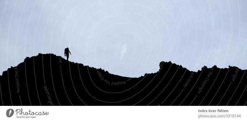 Gratwanderung Klettern Bergsteigen wandern Mensch 1 Alpen Berge u. Gebirge Gipfel laufen Gedeckte Farben Außenaufnahme Textfreiraum oben Hintergrund neutral
