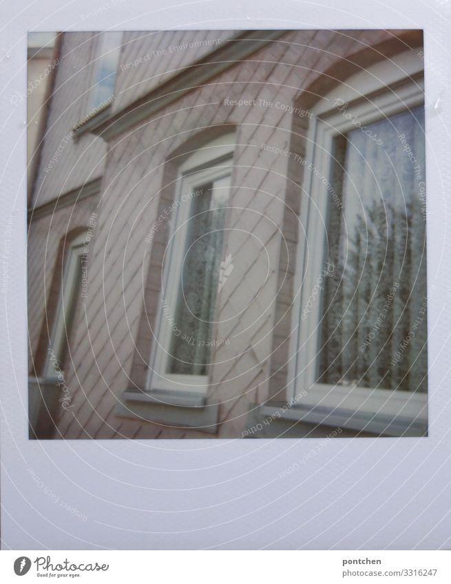 Polaroid von rosa hausfassade Haus alt hässlich Vorhang altmodisch Fenster Fassade Häusliches Leben Farbfoto Gedeckte Farben Außenaufnahme Menschenleer Tag