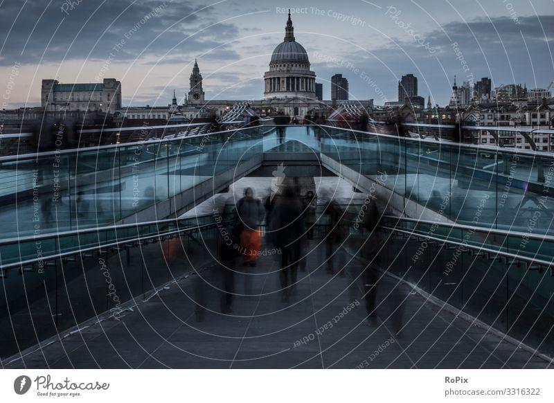 Fußgängerbrücke über die Themse in London. Lifestyle Reichtum Design Ferien & Urlaub & Reisen Tourismus Sightseeing Städtereise Nachtleben