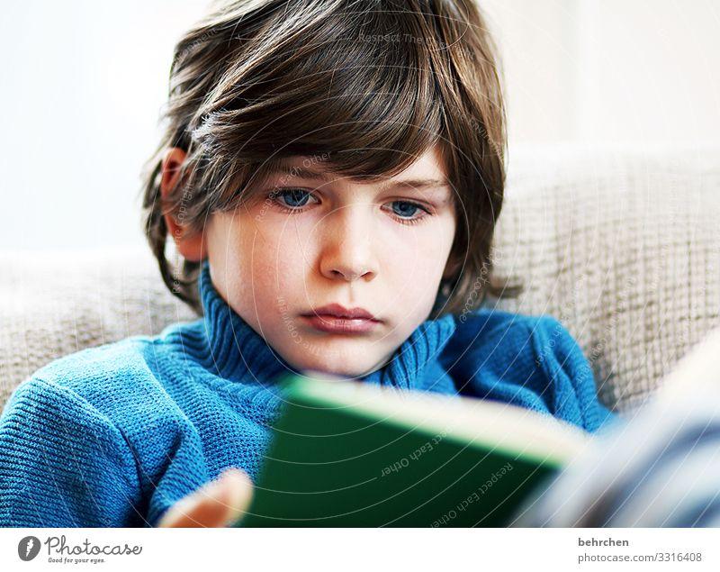 geschriebenes | zum lesen Kind Junge Familie & Verwandtschaft Kindheit Haut Kopf Haare & Frisuren Gesicht Auge Ohr Nase Mund Lippen 3-8 Jahre blau Zufriedenheit