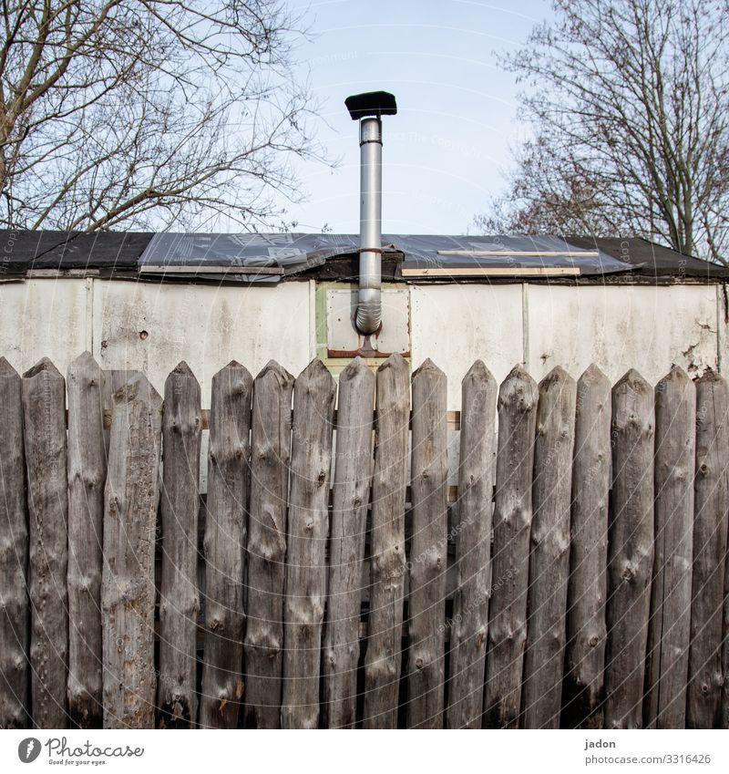 geschützter bereich. Baustelle Umwelt Schönes Wetter Baum Garten Haus Hütte Bauwerk Gebäude Schornstein Häusliches Leben einzigartig Sicherheit Schutz Idylle