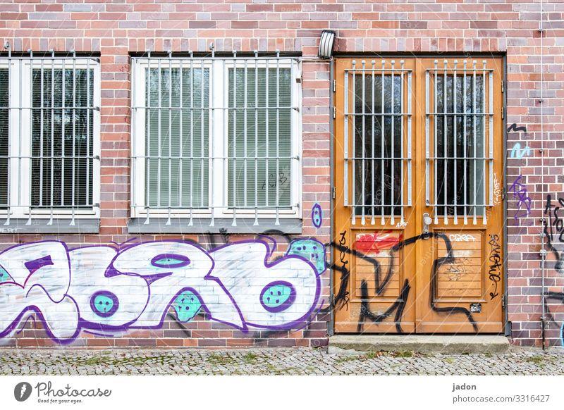 geschriebenes | versteckte botschaft. Stadt Haus Fenster Architektur Graffiti Wand Gebäude Mauer Fassade Tür Glas Zeichen Bauwerk Stahl Backstein Gitter