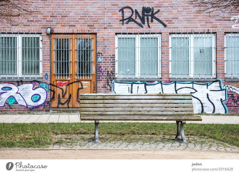 die bank des vertrauens. elegant Künstler Umwelt Gras Park Wiese Stadt Haus Bauwerk Gebäude Mauer Wand Fenster Tür Graffiti Linie alt standhaft Ordnung Gitter