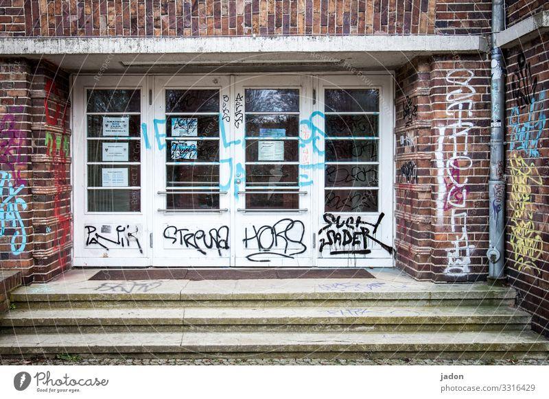 rein-raus-zone. Stadt Haus Bauwerk Gebäude Architektur Treppe Tür Holz Glas Backstein Schilder & Markierungen Graffiti alt Nostalgie Eingang Farbfoto
