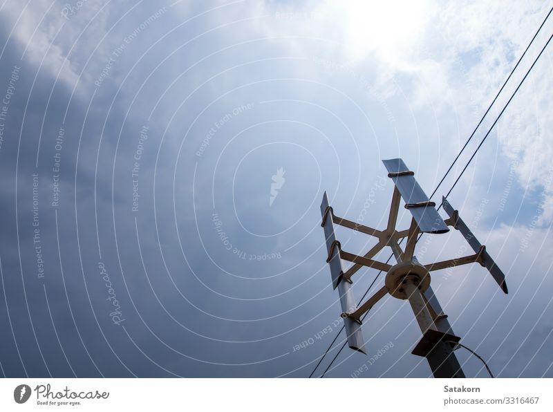 Die vertikale Windkraftanlage für das kleine Haus Industrie Technik & Technologie Erneuerbare Energie Umwelt Natur Landschaft Himmel Wolkenloser Himmel Metall
