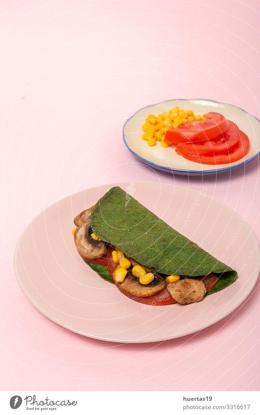 Hausgemachte grüne Spinat-Crepes Lebensmittel Gemüse Frühstück Mittagessen Abendessen Vegetarische Ernährung Diät Teller Gesunde Ernährung lecker rosa Crêpe
