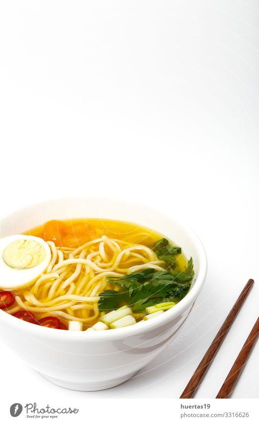 Hausgemachte orientalische Ramen-Nudeln Lebensmittel Fleisch Wurstwaren Gemüse Suppe Eintopf Ernährung Mittagessen Abendessen Vegetarische Ernährung Diät