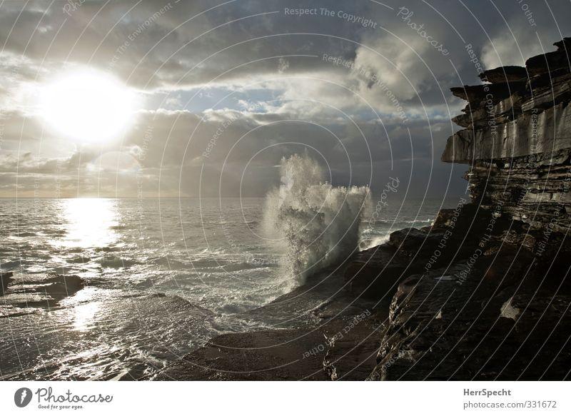 """""""Stiller Ozean"""" Umwelt Natur Wolken Wellen Küste Australien grau schwarz weiß Gischt Wellengang Klippe Felsen spritzen Wasser Pazifik Bucht wild Urelemente"""