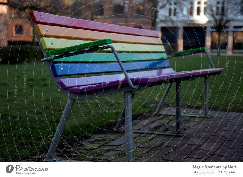 Die schöne LGBT-Regenbogenbank Holz Freiheit Freude Frieden lgbt Bank Dänemark Farben urban Toleranz Farbfoto