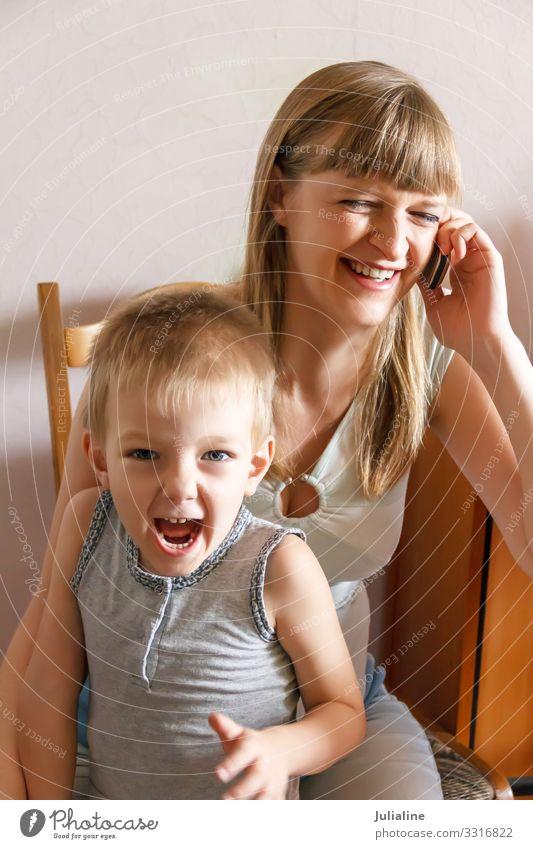Schreiendes Kind und Mutter mit Telefon Schulkind sprechen Mensch Baby Junge Frau Erwachsene Mann Familie & Verwandtschaft Kindheit schreien Telefongespräch