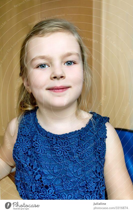 Süßes Mädchen in dunkelblauem Kleid Kind Schulkind Frau Erwachsene Kindheit blond niedlich weiß Vorschulkind Dame sechs 7 Kaukasier Europäer acht neun eine