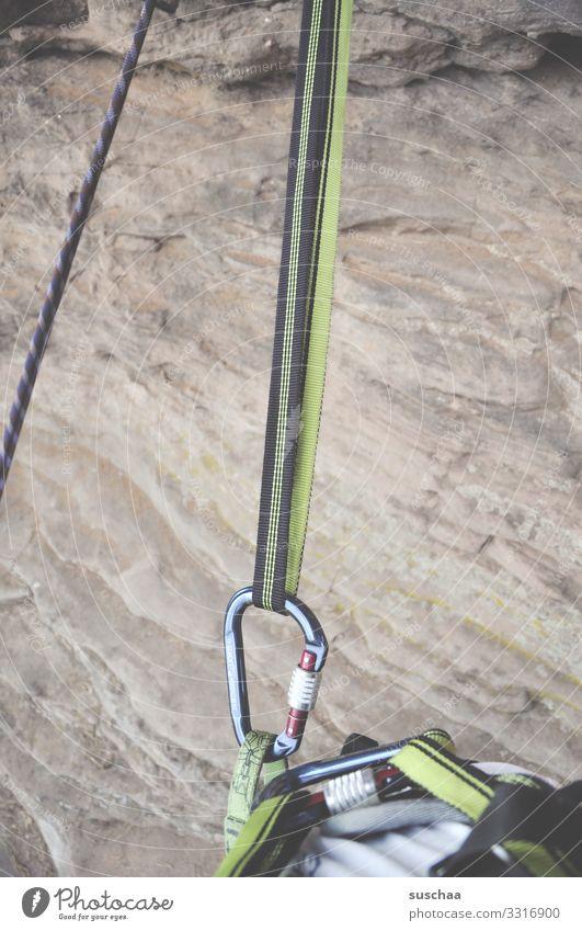 am haken retten Sicherheit Klettern Gurt Felsen Stein gefährlich Absturzgefahr Freizeit & Hobby Karabinerhaken eingehakt fest Haken Kletterausrüstung Sport