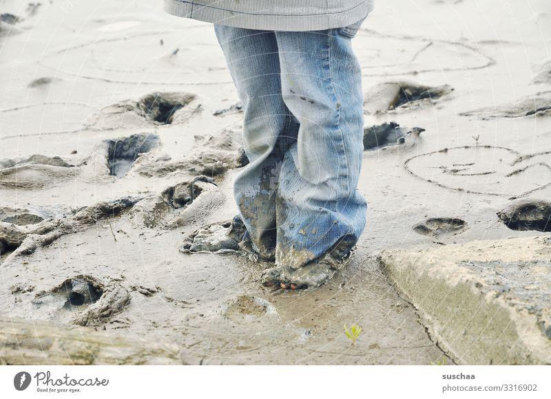 schlammmatschen Kind Kindheit Beine Füße Jeanshose Schlamm Strand Küste Wattenmeer Wattwandern Schlick Mineralien Salz Gesundheit Wellness Meer Gezeiten Nordsee