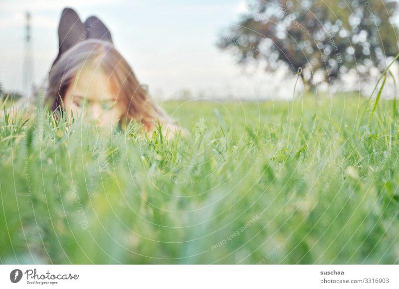 im gras liegen Kind Mädchen Erholung Gras Kopf Gesicht Natur Umwelt frisch Außenaufnahme Sommer Frühling Duft Wiese