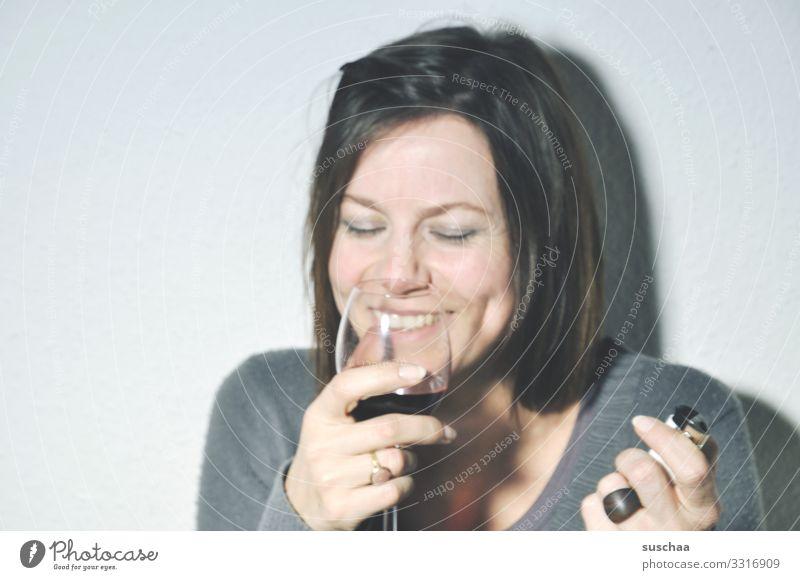 ein fall für die anonymen alkoholiker Frau Porträt Gesicht Hand Alkoholisiert trinken nippen Schlückchen lustig lachen Wein Glas Wein Alkoholsucht Gute Laune