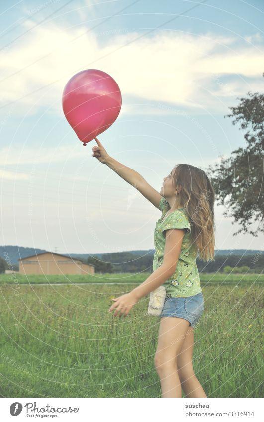 mädchen spielt mit einem roten luftballon Kind Mädchen Kindheit spielen Luftballon Außenaufnahme Freude Sommer Gras Natur Fröhlichkeit Wiese Freizeit & Hobby