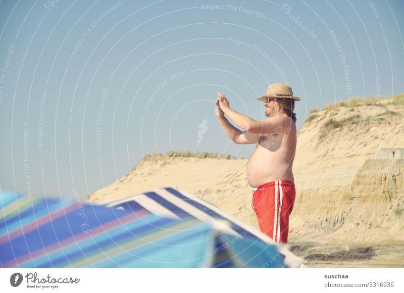 herr k. fotografiert Ferien & Urlaub & Reisen Sommer Sonne Strand Stranddüne Sand Küste Mann Fotograf Bauch Badehose Sonnenschirm Blauer Himmel Meer Badeurlaub