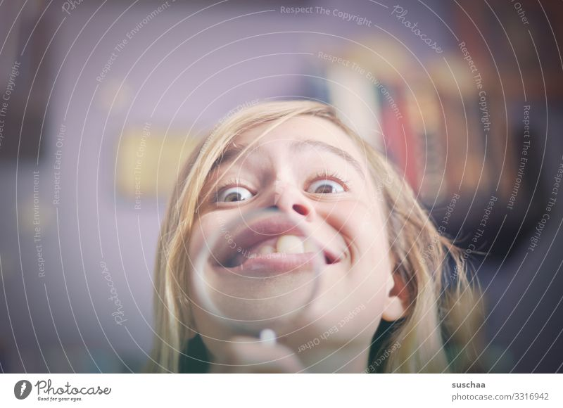 ein fall für den kieferorthopäden Kind Mädchen Kopf Gesicht Grimasse lustig Blick Verzerrung Lupe vergrößert Freude Detailaufnahme verrückt Spaßvogel Unsinn