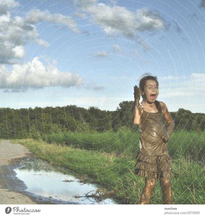 glücklich sein Kind Himmel Natur Freude Mädchen Glück Spielen Freiheit dreckig Kindheit Lebensfreude Fußweg Kindererziehung Pfütze Verständnis Schlamm