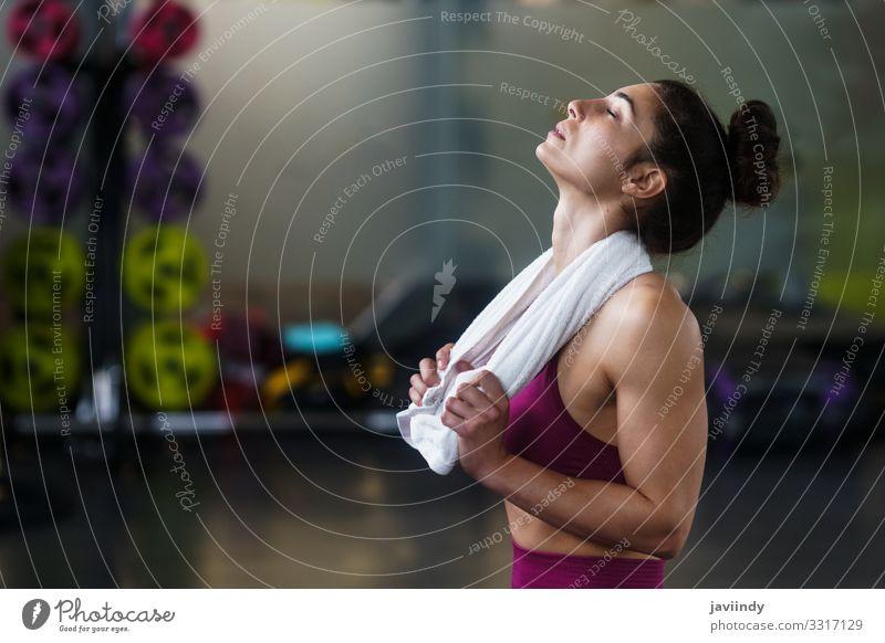 Frau ruht sich nach den Übungen in der Turnhalle aus Lifestyle Glück schön Körper Club Disco Sport Mensch feminin Junge Frau Jugendliche Erwachsene 1
