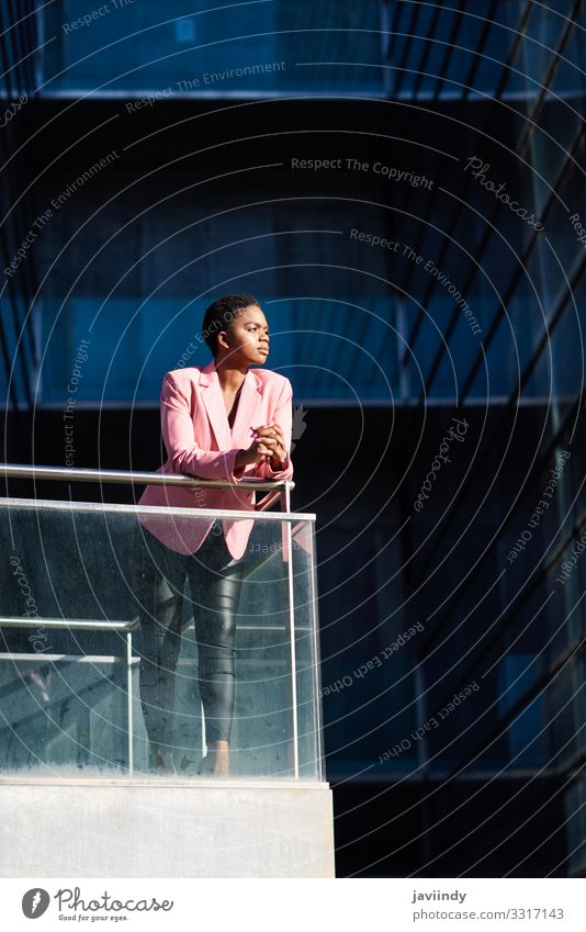 Afrikanische Geschäftsfrau steht in der Nähe des Geschäftsgebäudes. Glück schön Haare & Frisuren Arbeit & Erwerbstätigkeit Beruf Büro Business Karriere Mensch