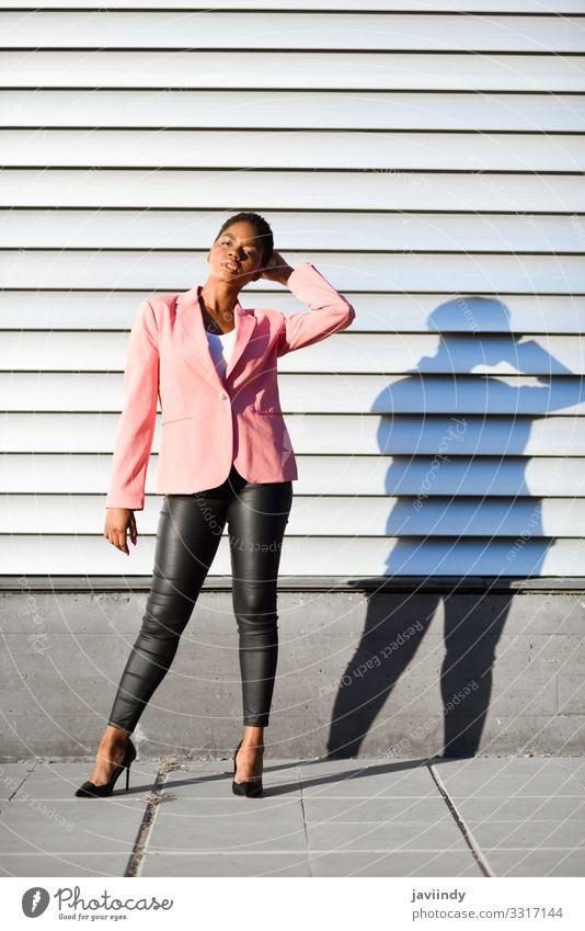 Schwarze Frau, Modell der Mode, auf der Stadtmauer stehend Stil schön Haare & Frisuren Arbeit & Erwerbstätigkeit Mensch feminin Junge Frau Jugendliche