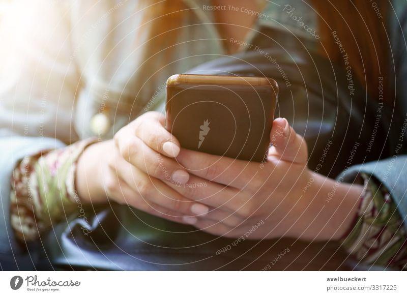 junge Frau mit Smartphone in den Händen Lifestyle Freizeit & Hobby Spielen Telefon Handy PDA Technik & Technologie Unterhaltungselektronik Internet Mensch