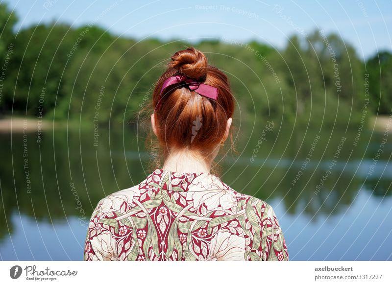junge Frau blickt auf See Lifestyle Freizeit & Hobby Mensch Junge Erwachsene Jugendliche 1 18-30 Jahre Umwelt Natur Landschaft Wasser Frühling Sommer Seeufer
