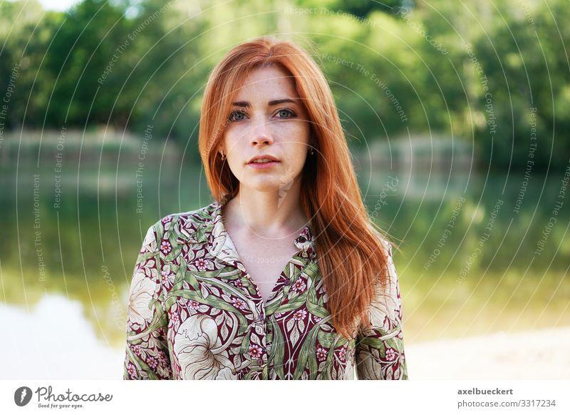 junge Frau im Sommerkleid am See Mensch Natur Jugendliche Junge Frau schön Wasser Landschaft 18-30 Jahre Lifestyle Erwachsene Umwelt feminin Stil Mode