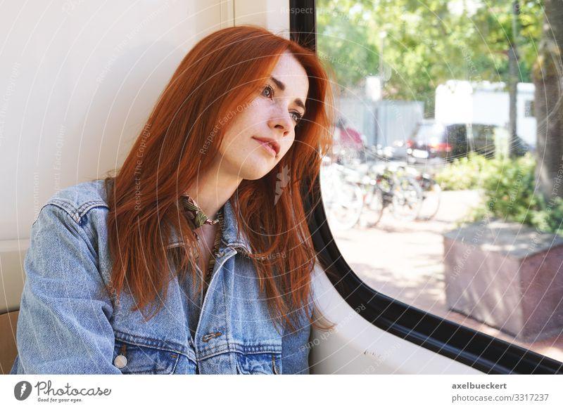 junge Frau, die in der Straßenbahn sitzt und aus dem Fenster schaut Lifestyle Ferien & Urlaub & Reisen Ausflug Mensch Junge Frau Jugendliche Erwachsene 1