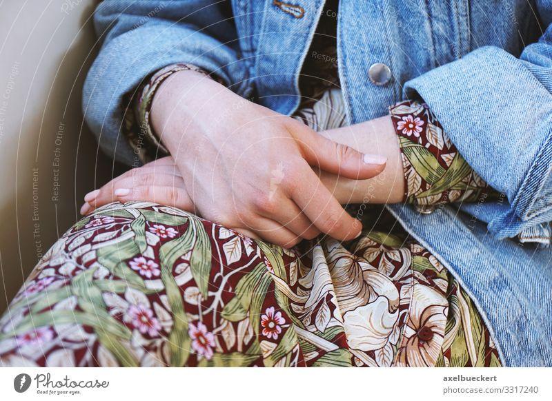 Hände in den Schoß legen Lifestyle Erholung Mensch feminin Junge Frau Jugendliche Erwachsene Hand Beine 1 18-30 Jahre Mode Kleid Jeansjacke sitzen Untätigkeit