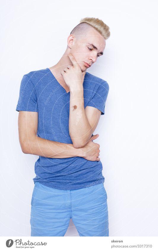 junger Mann mit einer stilvollen Frisur Lifestyle kaufen maskulin Homosexualität Junger Mann Jugendliche 1 Mensch 18-30 Jahre Erwachsene Mode T-Shirt Hose